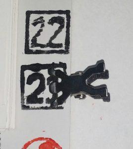 Linolschnitt Kalender Welt der Arbeit Detail: Mit der mitgelieferten Klammer können die einzelnen Tage angezeigt werden